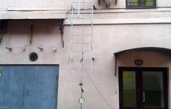 Проведение испытания лестницы